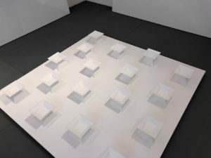 in räumen 1-17 raumansicht 2020 plexiglas/acryl auf holzträger 130 x 130 x 13 cm